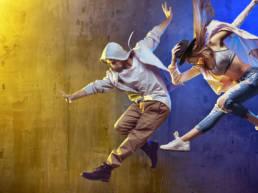 Ballerini che eseguono un salto