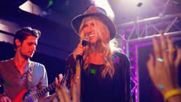 Ragazza che canta sul palco