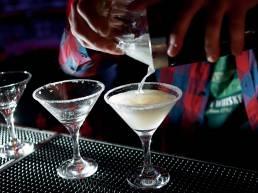 Dettaglio bartender che prepara un drink