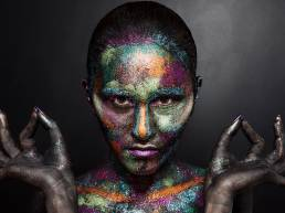 Modella con trucco brillantinato su volto e corpo