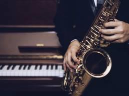 Dettaglio di un musicista che suona il sax