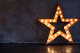 Foto di una stella con lampadine luminose