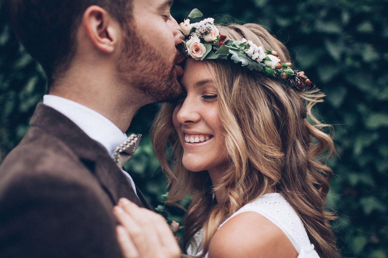 Sposo che bacia la moglie in fronte