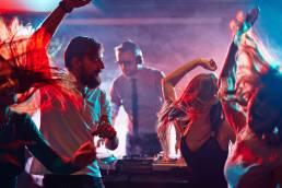 Gente che balla durante una festa con dj