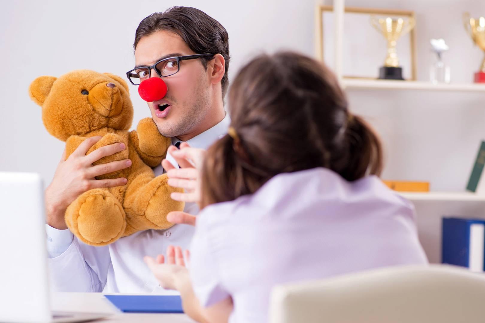 Medico che pratica la clownterapia