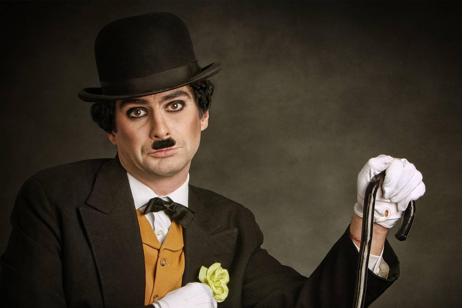 Uomo che imita Charlie Chaplin