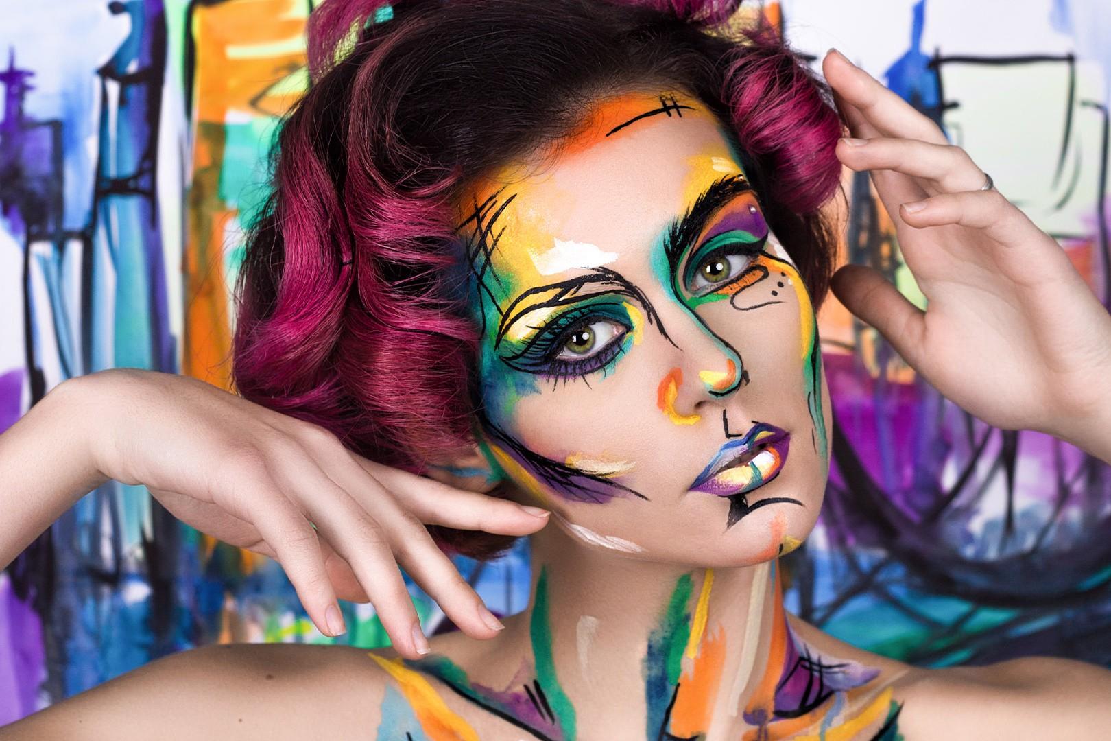 Ragazza con trucco d'arte in viso