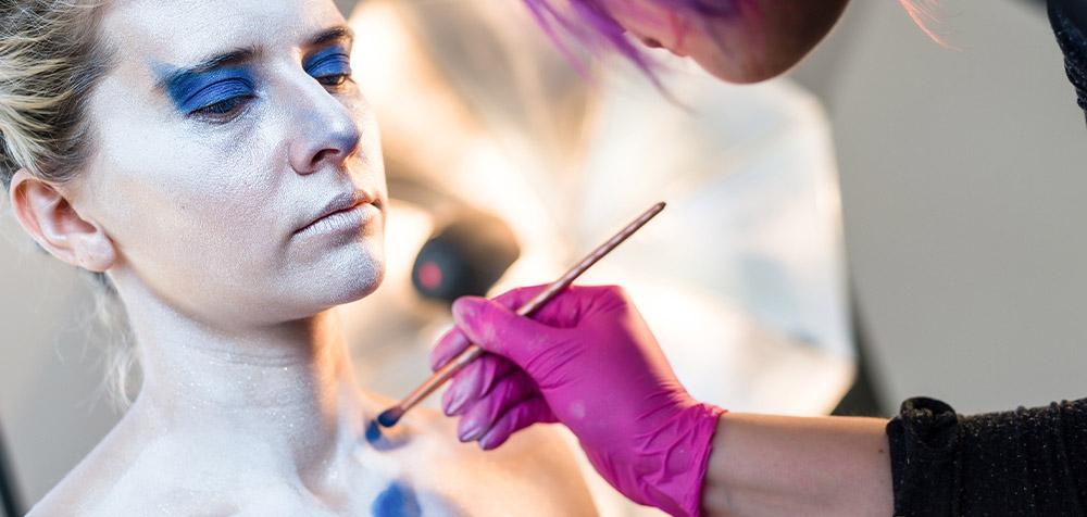 Body art artist al lavoro