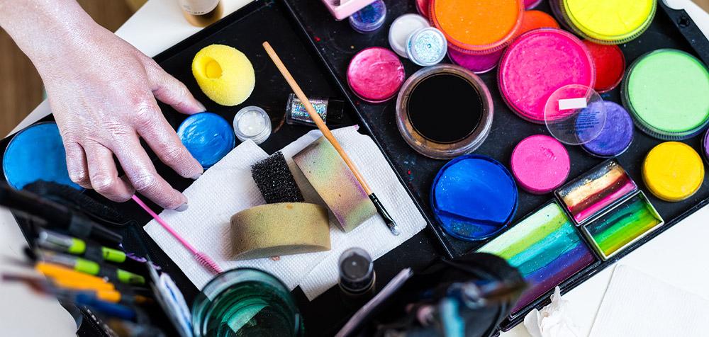 Tavolo con sopra appoggiati colori per disegnare sulla pelle