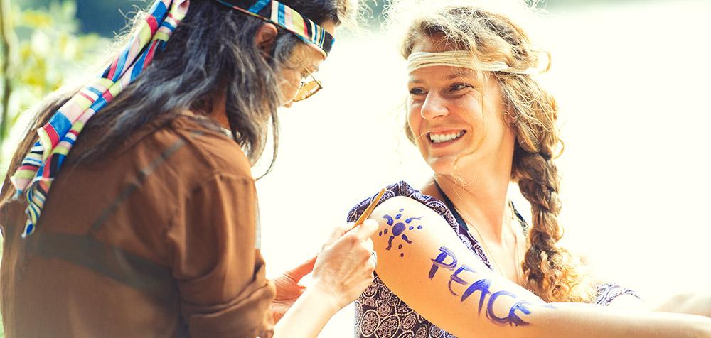 Ragazze hippie con braccia dipinte