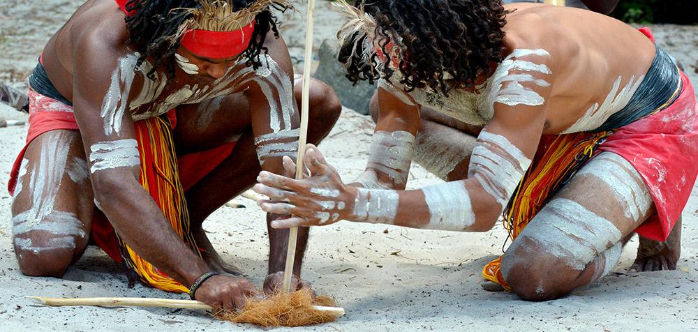 Gruppo di uomini guerrieri aborigeni