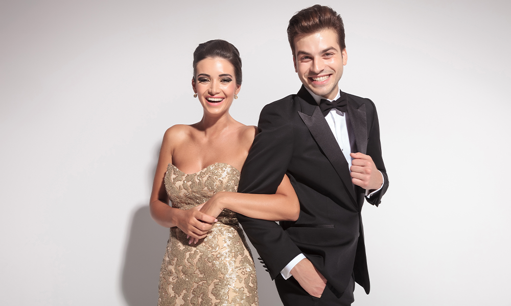 Due ragazzi vestiti eleganti per partecipare a una cena di gala