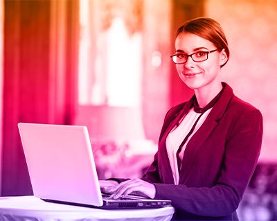Ragazza organizzatrice con computer durante un convegno