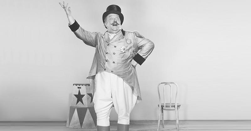 presentatore del circo in bianco e nero