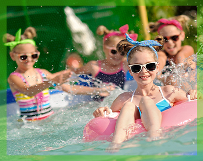 Bambini che festaggiano in piscina