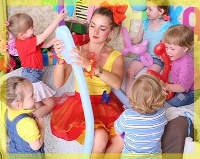 Animatrice intrattiene i bambini durante la festa