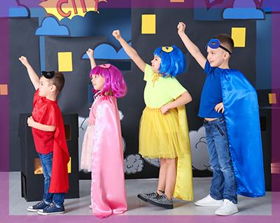 Bambini vestiti da supereroi durante una festa a tema