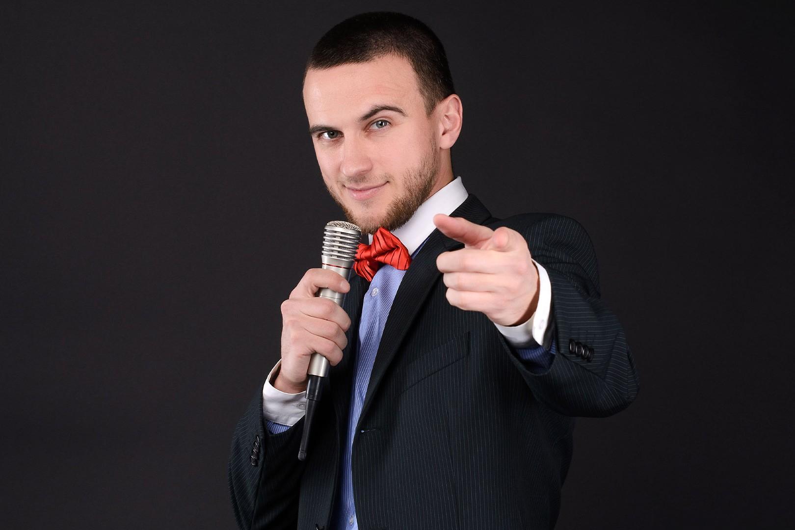 presentatore con microfono