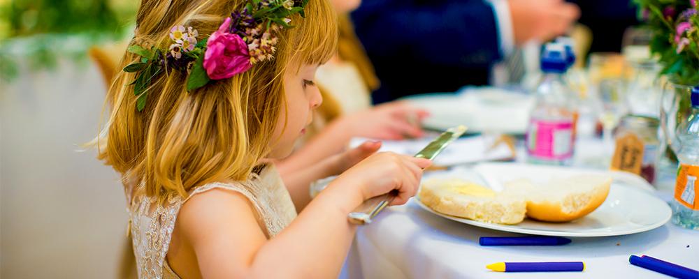 Bambina a tavola che mangia