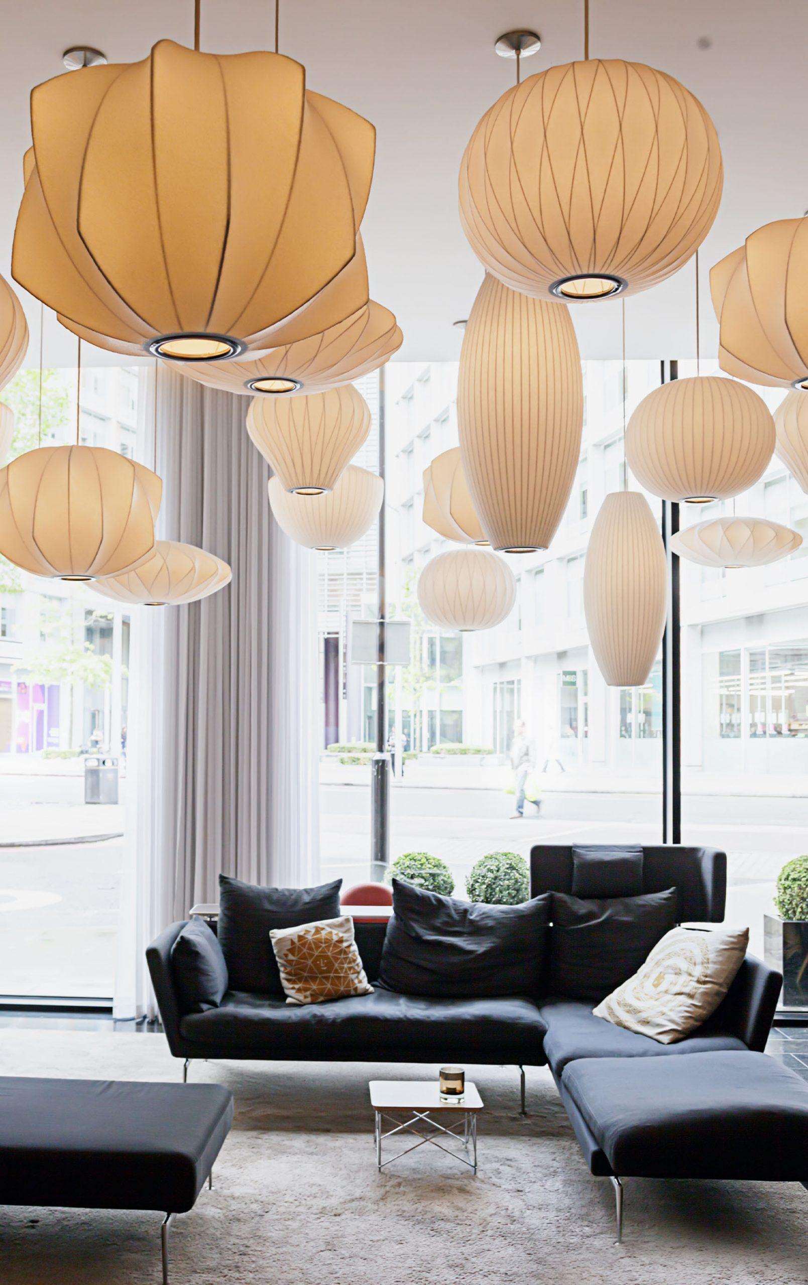 sala di un hotel luxury con divani