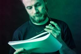 artista legge con attenzione i contratti