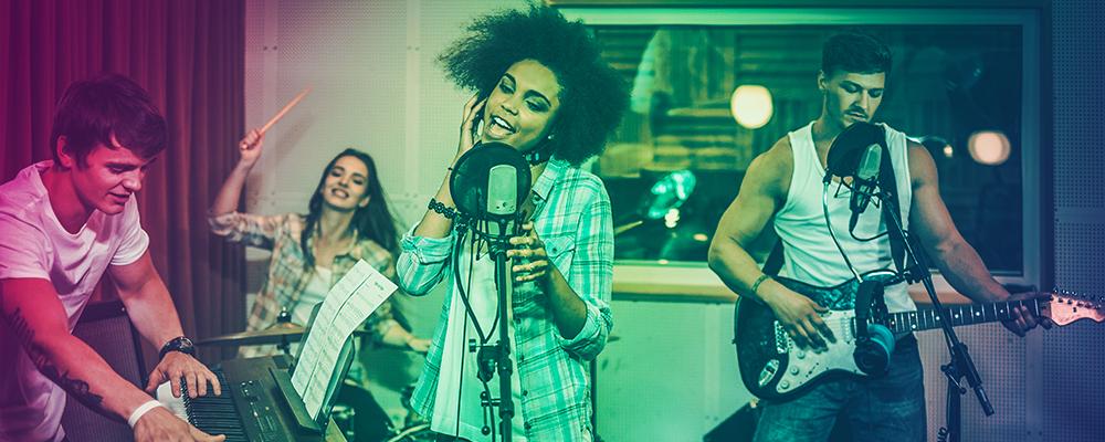 band suona in studio di registrazione