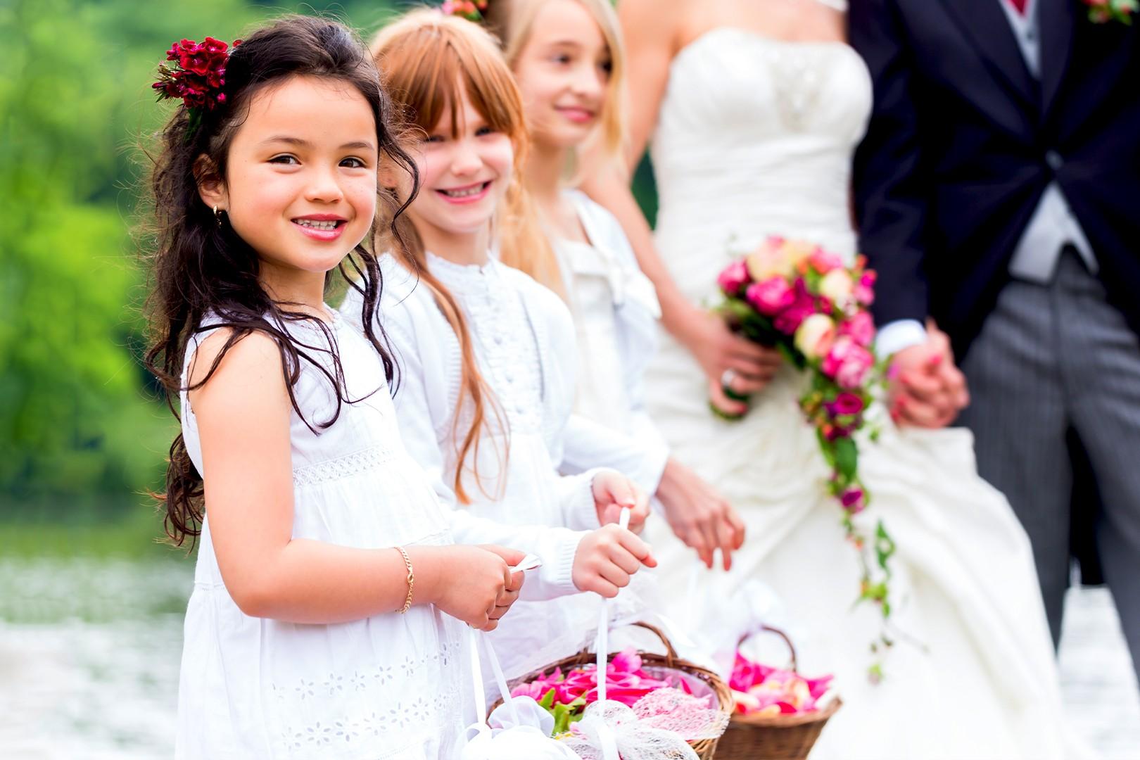 Bambini vestiti eleganti durante un matrimonio