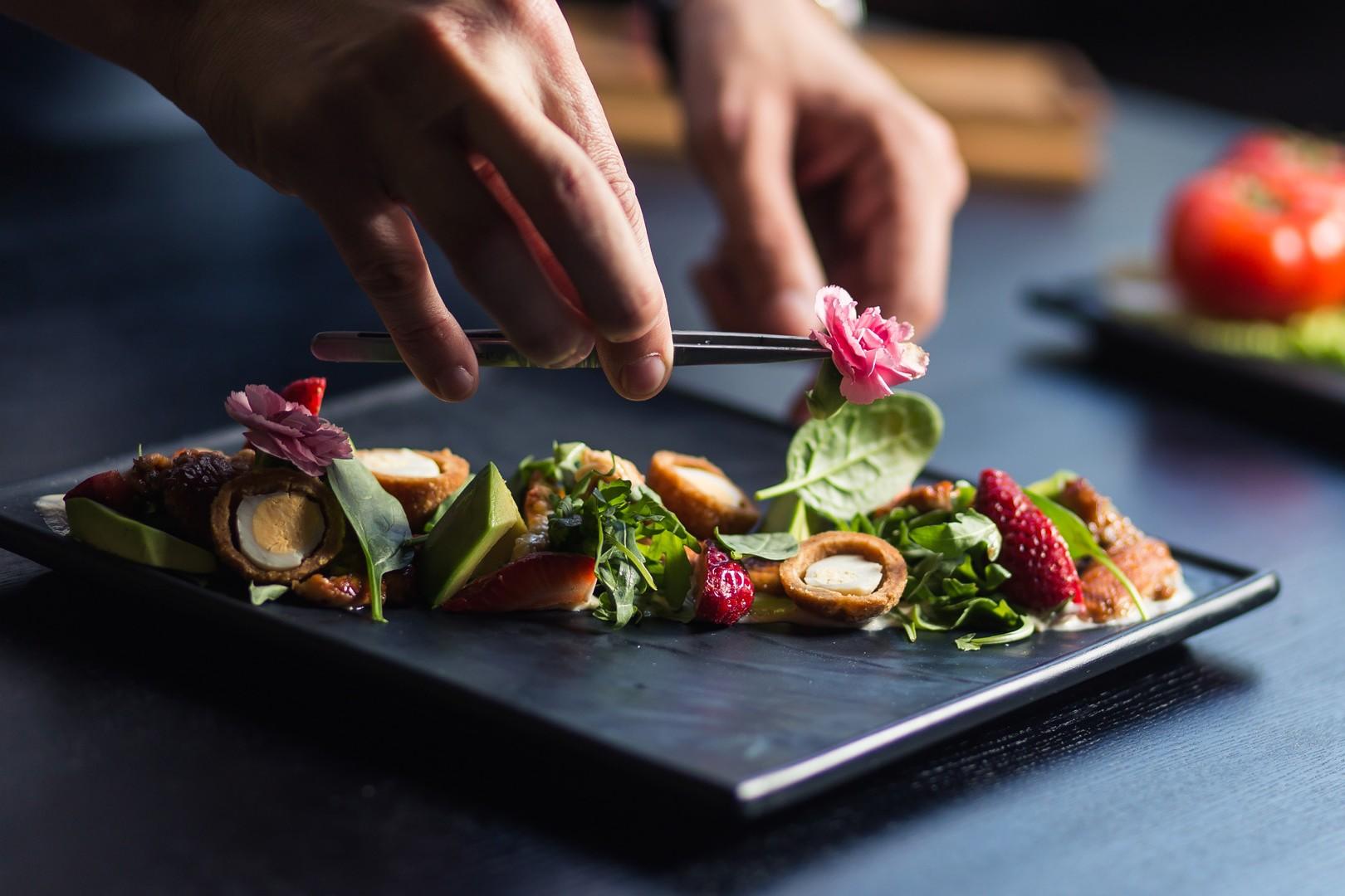 chef che decora il piatto